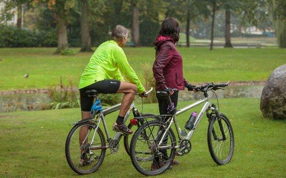 Mountainbiken met de Gripcap pruik van MoveHs
